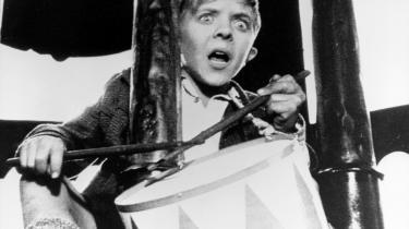 Historisk. Det er svært at afgøre, hvad drengen Oskar (her spillet af David Bennent i filmen af samme navn fra 1979) er, men i hvert fald driver en mægtig energi den fortælling, han i gevaldige sætninger trommer frem af erindringen, om sit liv og sin slægt og et halvt århundredes tysk historie. Trommer han med eller mod historiens strøm? Vil han tromme og skrige tiden til at standse, eller vil han tromme og skrige den i gang?
