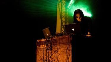 52-årige Masami Akita alias Merzbow er et eksotisk bekendtskab med sin blanding af infernalsk støj og fokus på nydelse i et abstrakt univers, der danner et nærmest fysisk landskab, hvor lydbølgerne antager håndgribelig karakter, når de summer i kraniet, løfter nakkehårene, dundrer mod brystkasse og maveregion.   Fotoet af Masami Akita er fra en optræden i 2005 under Roskilde-festivalen med et andet orkester, Maldoror.