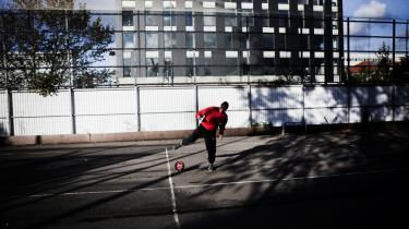 Opvarmning. Ahmad er for nylig blevet dømt for vold. En time om dagen må han og de andre unge på den sikrede institution Sønderbro være udenfor. Tre gange om ugen er der fodboldkamp mellem Sønderbros Øst- og Vestafdeling. Ahmad er en af de bedste på fodboldholdet.