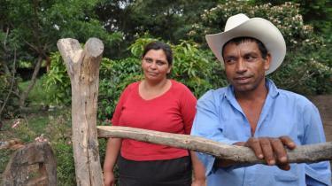 Xiomora og Juan Antonio Gonsalez håber, at grusvejen til Las Pencas bliver færdig, så de kan få en sundhedsklinik og en skole til landsbyen. 'Ellers får mine børn en fattig fremtid', siger Xiomora.