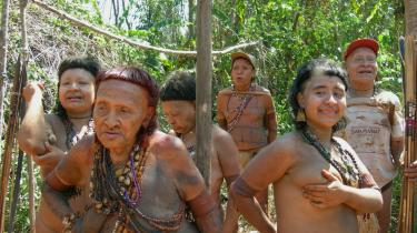 Ururú, forrest t.v., med de resterende medlemmer af Akuntsu-folket. Resten af stammen blev myrdet omkring 1990.