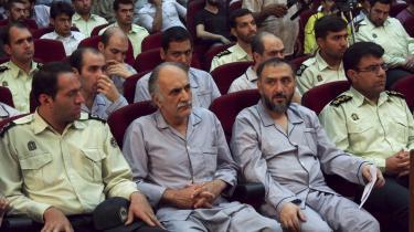 100 iranere var på anklagebænken samtidig efter sommerens valgdemonstrationer, blandt andet den tidligere vicepræsident Mohammad Ali Abtahi (2. tv.). Flere vidner om, at de anklagede er blevet udsat for tortur og mishandling.  Iran kan være på vej mod et militærstyre, for Revolutionsgarden er blevet en stadigt stærkere magtfaktor i det iranske samfund.