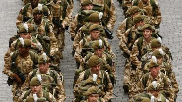Det går ad helvedes til i Afghanistan. Det er bare ikke nogen nyhed, siger Candace Rondeaux fra International Crisis Group i Kabul. For uanset hvor mange oprørere kampsoldaterne kan slå ihjel, kan de ikke skabe tillid i befolkningen. Her tager britiske soldater fra 1.st Battalion The Royal Welsh afsked med Chester City forud for deres udsendelse i oktober.