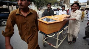 11 mennesker blev dræbt og 13 såret, da en kraftig bilbombe   i går eksploderede i Peshawar   i det nordvestlige Pakistan.