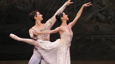 Smukt og fint og en anelse gammeldags - sådan virkede balletgæstespillet fra La Scala i Aalborg. Her er det Gilda Gelati og Antonino Sutera i En Skærsommernatsdrøm.