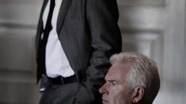 Statsministeren (Kurt Ravn) i 'Forbrydelsen II' har en umiskendelig lighed med Poul  Schlüter.