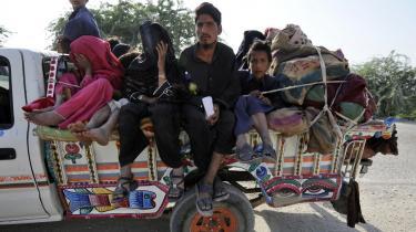 Pakistanske civile flygter fra kampene i Waziristan. Selvom 30.000 regeringssoldater kæmper mod omkring 11.500 Talebanere vurderes det ikke, at en sejr er sikker