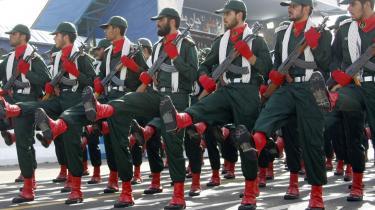 Iran beskylder USA, England, Pakistan og Saudi-Arabien for at støtte den sunnimuslimske milits Jondollah, der i søndags angreb Revolutionsgarden.