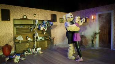 Men tag endelig din kæreste med til forfriskende Strindberg hos Teater Momentum  i Odense – og mærk parforholdets kvælning udsat for opmuntrende, gak mystik