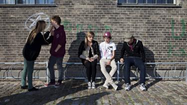 Eleverne på Rysensteen Gymnasium på Vesterbro i København skal kigge sig godt for, når de har frikvarter, for siden Københavns Kommune opførte en sundhedsrum for stofmisbrugere lige op ad gymnasiet har det flydt med brugte kanyler, afføring, blod og fixende narkomaner