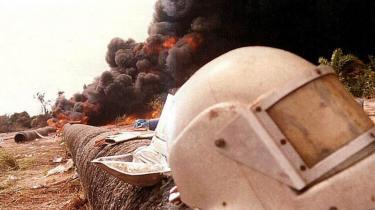 En olieledning i Lagos, Nigeria er brudt i brand efter oprørere har forsøgt at stjæle lidt af den dyrebare eksportvare.
