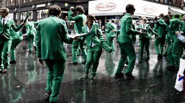 Klimaklovne. Det skal være sjovt at få folk til at blive mere miljøvenlige, mener  Mr. Green, der er 30 dansende klimaaktivister iført grønne jakkesæt, grønne solbriller og slips af cykelslanger, og som bobler af energi og glæde, mens de bygger kunstfærdige installationer af affald, spiller teater med klimaklovnen og skraldeprinsesserne og laver møbler af indkøbsvogne.