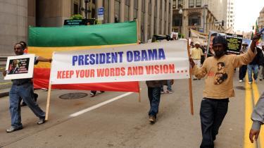 Det Hvide Hus meddelte i går efter en samtale mellem USA's og Kinas præsidenter, at de begge arbejder henimod et succesrigt resultat på klimatopmødet i København, og at USA og Kina har en afgørende rolle for, at mødet lykkes. Her beder demonstranter i Pittsburgh Obama om at holde sit ord - om at forbedre klimaet.