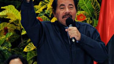 2009. Daniel Ortega taler ved en pressekonference i Managua om sine bestræbelser på at opnå endnu en periode som præsident trods forfatningens begrænsninger. 30 år efter revolutionen er Ortegas navn forbundet med korruptionsanklager, åbenlys valgsvindel og pædofili.