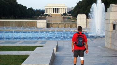 Det nye mindesmærke for Anden Verdenskrig kiler sig bombastisk ind i det grønne strøg op mod   Lincoln-monumentet.
