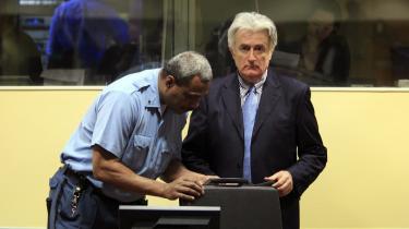 På et arkivbillede fra marts i år , får de bosniske serberes leder, Radovan Karadzic, inspiceret sin attachémappe, da han senest stod i retssalen i Haag. Nu nægter han at møde op på mandag, hvor sagen mod ham reelt  indledes.
