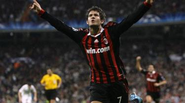 Forleden vandt AC Milan en flot og lidt heldig sejr på udebane mod Real Madrid. Men rygtet vil vide, at Silvio Berlusconi hverken har råd til nye spillere eller dårlige resultater og derfor er indstillet på at sælge klubben, som har været stærkt medvirkende til hans politiske succes