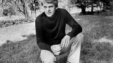 Milan Kundera, her fotograferet i Prag i oktober 1973, belastes af et nyt dokument, hvori en embedsmand fra sikkerhedspolitiet fremhæver hans stikkeraktion mod Miroslav Dvoracek som et mønstereksempel på bevågenhed over for systemets fjender.