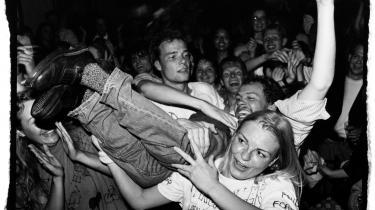 Et voksent publikum stagediver under koncert med med børneprogramvært Poul Kjøller på Café Rust på Nørrebro i det ubekymrede 1994.