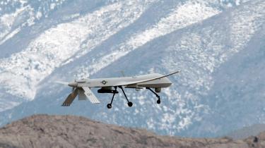 Det er bl.a. MQ - 1B Predator-droner som denne, som det amerikanske militær bruger i Irak og Afghanistan. CIA bruger også dronerne på hemmelige lokationer rundt om i verden. Predator-dronen bærer to laserguidede Hellfire-missiler.