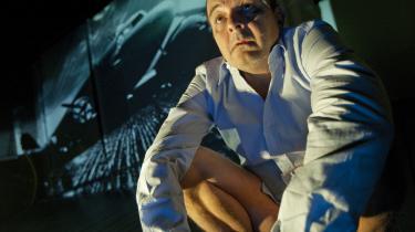 Steen Stig Lommer spiller Paul Niemand - eller Mr. Nobody - så tilskuerne på Café Teatret får forfrysninger af mødet med manden, der arbejdede livsgnisten ud af sig selv.