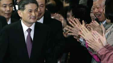 Den sydkoreanske forsker Hwang Woo-suk forlader retssalen i Seoul, efter en domstol har kendt ham skyldig i at have tilranet sig forsknings°©midler og ulovlige menneskelige ©°g samt i andre alvorlige anklager i forbindelse med bedragerisk forskning. Trods svindlen har han stadig tilh©°ngere, som modtog ham med klapsalver efter domsafsigelsen