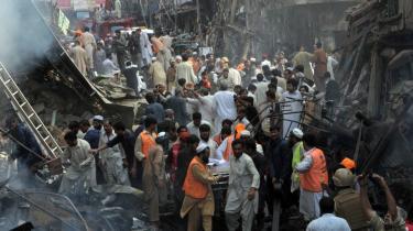 Frivillige hjælper med at lede efter overlevende efter den bilbombe, der i går dræbte 92 og sårede 217 i Peshawar.
