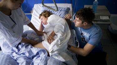 Trøste- eller heppekor? Danske eksperter støtter ikke Michel Odents afvisning af  fædrenes deltagelse i fødslerne. Men mændenes rolle er ikke ligegyldig - de skal være der for at støtte og hjælpe kvinden, ikke for at ynke hende, lyder det.