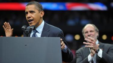 Obama ilede søndag til den demokratiske guvernør Corzines (t.h.) undsætning i Newark, New Jersey. Hans genvalg er langt fra sikkert, og utilfredsheden i befolkningen med den politiske og økonomiske situation i USA er i det hele taget stigende. Det bør få både republikanere og demokrater til at tænke sig godt om i kølvandet på dagens lokal- og regionalvalg, mener iagttagere.