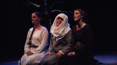 Tre kønne kvinder i skøn scenografi på Taastrup Teater - Lisa M. Bentzen, Gitte Naur og Louise Fribo. Men desværre holder Sebastians Jernbyrd ikke.
