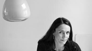 Besindelse. Mette Moestrup kombinerer avantgarde og hjemstavn i 'Jævnet med jorden'.