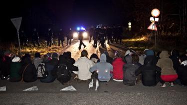 Cirka hundrede unge blokerede hovedindgangen til Ellebæk Fængsel i Nordsjælland tidligt onsdag i protest mod tvangshjemsendelser af afvise asylansøgere, der blev hentet af politiet og kørt til Roskilde Lufthavn. Blandt de 12 hjemsendte var Erdem.