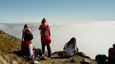 På toppen. Der er trængsel på toppen af Snowdon, Wales' højeste bjerg 1.040 meter over havet. Både waliserne og englænderne har bjergbestigning som deres 2. nationalsport - og for waliserne er der tale om en pilgrimsvandring.