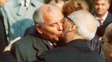Lidet anende. De to kyssende mænd i Østberlin var begge politisk dødsmærkede. Gorbatjov anede det om Honecker, men ikke om sig selv. Honecker anede ingenting.