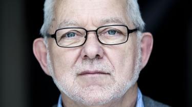 Øjeblikslæser. Jeg læser, når øjeblikket - natten eller skiferien, hvor min kone fik influenza - giver mig mulighed for det, siger Jørgen Moos.