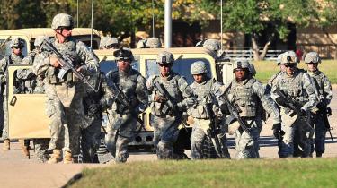 Soldater stormer militærbasen Fort Hood i Texas, hvor en   39-årig major i torsdags skød vildt omkring sig og dræbte mindst 13 mennesker.