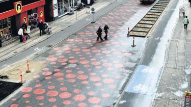 Stokroserne kommer, og de har ligusterhækken med. København er ved at udvikle sig til en selvglad, grå og provinsiel gågade uden det liv og den mangfoldighed, der karakteriserer en by. Den er blevet et postkort og et museum over en by, der ikke længere eksisterer