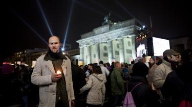 Tyskerne trodsede velvilligt regnen i går og deltog talstærkt i blandt andet mindehøjtideligheder og de stort anlagte folkefester i området omkring Brandenburger Tor.