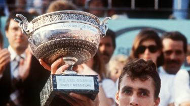 Man så stort set aldrig den tjekkoslovakiske tennisspiller Ivan Lendl afslappet og smilende. Her løfter han pokalen efter at have vundet French Open-finalen over John McEnroe i 1984.