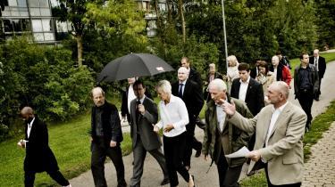 Borgmester Nikolai Wammen (her med paraply) præsenterede sidste år daværende velfærdsminister Karen Jespersen for en omfattende plan for at gøre Gellerupparken mere attraktiv. Med på rundturen var blandt andre tidligere Århus-borgmester Louise Gade, Keld Albrechtsen og Århus-rådmænd Dorthe Laustsen, Peter Thyssen og Gert Bjerregaard (bag Wammen). Bjerregaard er Venstres borgmesterkandidat, men han spås ikke mange chancer mod Wammen.