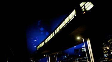 Trafik er en af de fastgroede vaner, som er sværest at ændre verden over, og som virkelig kan gøre noget for at nedsætte belastningen af både miljø og klimaregnskabet. Et dansk forsøg, hvor man gav bilpendlere et månedskort til offentlig transport som her Københavns Metro viste, at over 40 pct., efterfølgende blev i den kollektive trafik og lod bilen stå.