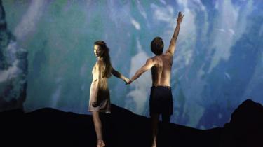 Det klæder 'Napoli' at blive plantet om til 1950'erne i Maja Ravns skæve scenografi. Også selv om koreografien i 2. akten er ikke så vovet, som Nikolaj Hübbe har lagt op til