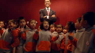Kinesiske børnehavebørn i Shanghai stillet op foran en voksfigur af Barack Obama forud for hans besøg i Kina.