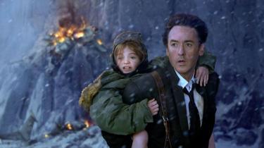 '2012' er et charmeforladt monstrum af en film lavet af en mand, der ikke kender til mådehold. Den er aldrig kedelig og ofte underholdende, men efterlader også én med en lidt dårlig smag i munden