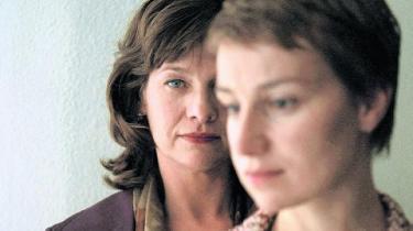 Krigsforbryderdomstolen i Haag danner baggrund for 'Hannahs valg', snakkesalig politisk thriller med humanistisk budskab