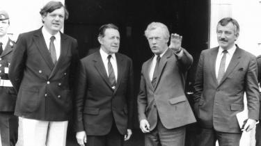 Danmark i 80'erne. Politisk lammet, på kanten af den økonomiske afgrund, men også - og måske derfor - klar til en ny politisk kultur. Og Poul Schlüter greb den. På billedet fra 1986 står forsvarsminister Hans Engell, USA's udenrigsminister Casper Weinberger og Poul Schlüter.