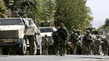I visse tilfælde kører Taleban eskorte for de konvojer, der forsyner den amerikanske hær. Det fortæller ejeren af et af de afghanske transportfirmaer, der kører forsyninger ud. Et slag på tasken er, at det måske giver talebanerne en fortjeneste på mindst en halv milliard kr. årligt. Sandsynligvis meget mere.