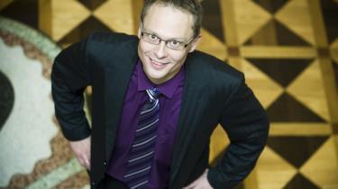 DF's spidskandidat i København Carl Christian Ebbesen vil have typer som B.S. Christiansen på gaden: Ældre pensionerede officerer, der har erfaring med at motivere unge mennesker, skal få de unge indvandrerdrenge til at spille fodbold og badminton i stedet for at hænge ud på gadehjørnerne