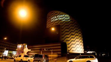 'Our survival, your decision'. Sådan stod der i går aftes på Tycho Brahe Planetarium, der dannede ramme for et af formøderne for Klimatopmødet i december. Det var Greenpeace, der, ved hjælp af en projekter, gjorde ministrene opmærksomme på deres ansvar.