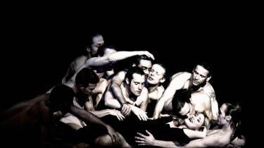 'Ariadne' på Naxos handler om kunsten, og den handler om lidenskab, og om at være tro mod sit begær. Her den forførende og lystne Zerbinetta spillet formidabelt af Jane Archibald omgivet af mænd